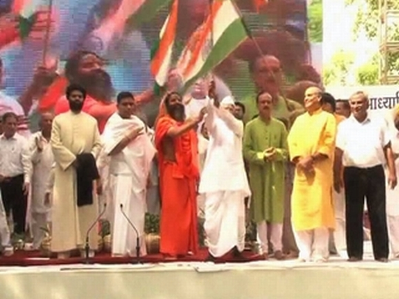 Ramdev with Anna Hazare at the venue