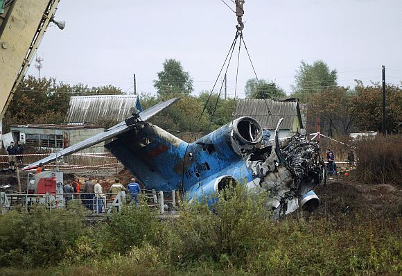 Rescue specialists lift the wreckage of a plane which crashed near the Russian city of Yaroslavl September 8, 2011