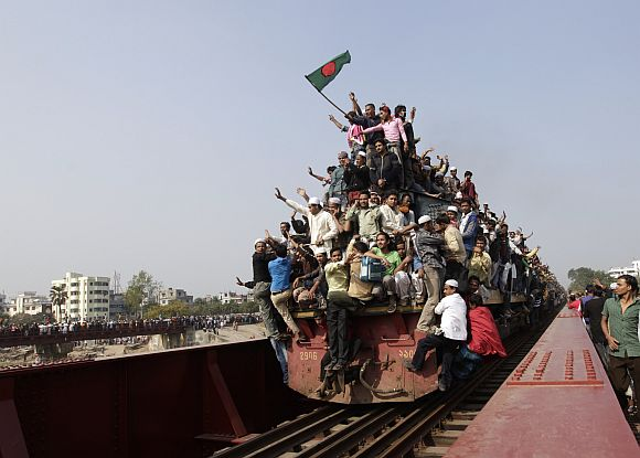 An overcrowded train leaves for the city after the final prayer ceremony of Bishwa Ijtema in Tongi, on the outskirts of Dhaka