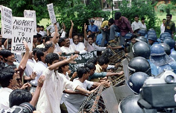 Hundreds of activists try to break through a police barricade near the Banagladesh foreign ministry building in Dhaka June 24, where the foreign secretaries of Bangladesh and India are holding talks on water sharing and Farakka Barrage row.