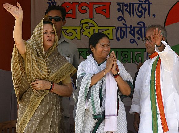 Pranab Mukherjee with Congress president Sonia Gandhi and Trinamool chief Mamata Banerjee during a rally in Lalgola.