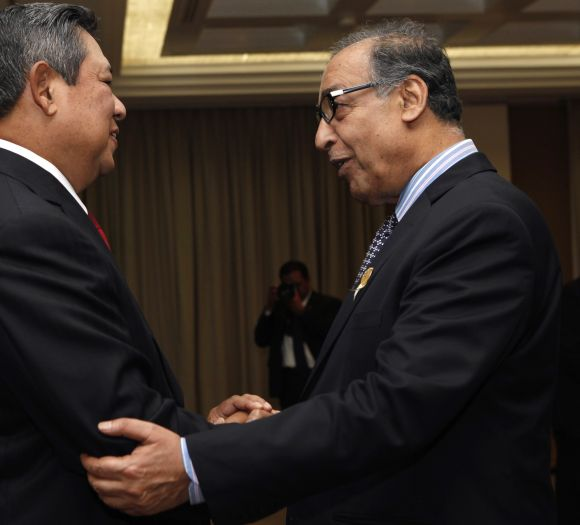 Indonesian President Susilo Bambang Yudhoyono (L) greets Pakistan's Federal Minister of Textile Industry Makhdoom Shahabuddin after the opening of the 16th Ministerial Conference of the Non-Aligned Movement (NAM) in Nusa Dua