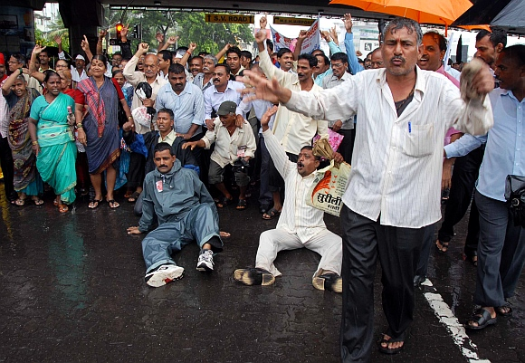 Mill workers protesting in Bandra