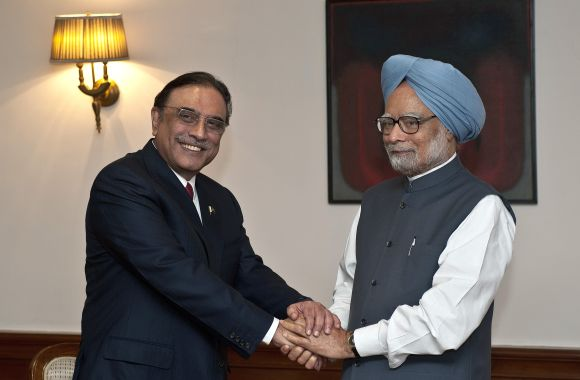 Pakistan President Zardari shaking hands with PM Singh in New Delhi