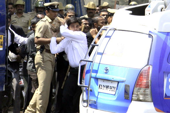 B'luru lawyers attack scribes, cops lathicharge