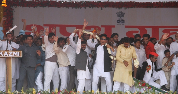 Akhilesh takes oath, SP members go berserk