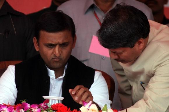 Akhilesh takes oath, SP members go berserk
