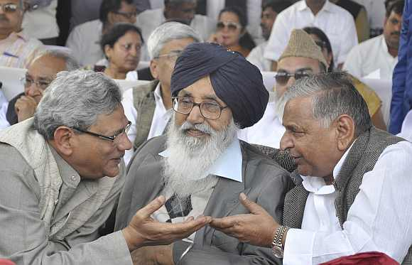 CPI-M leader Sitaram Yechury, Punjab CM Parkash Singh Badal and Mulayam Singh Yadav at the swearing-in cremony