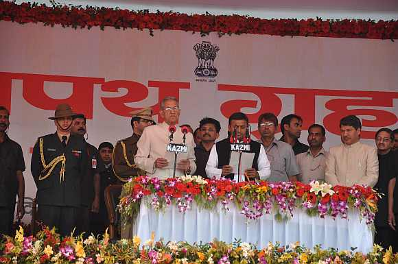 UP Governor BL Joshi administers the oath of office to Akhilesh Yadav