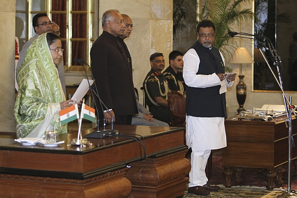 President Pratibha Patil administers the oath of office to Mukul Roy as new railway minister