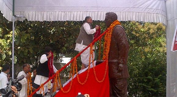 Mulayam Singh Yadav garlanding the statue of Dr Ram Manohar Lohia in Lucknow