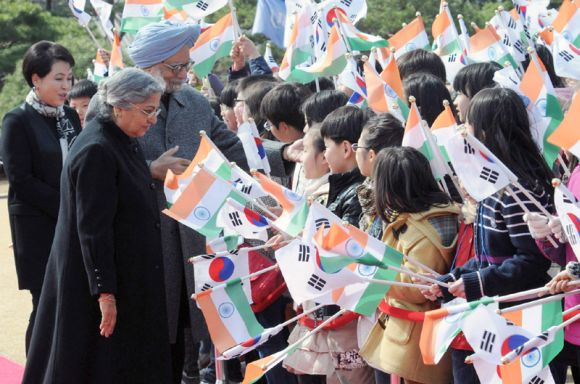 Prime Minister Dr Manmohan Singh and his wife Gursharan Kaur being welcomed by the children at the President House of South Korea