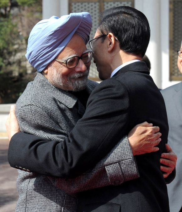 Prime Minister Dr Manmohan Singh meets South Korean President, Lee Myung-bak, in Seoul