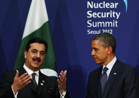 Pakistan's PM Gilani talks to US President Obama during their bilateral meeting on the sidelines of the Nuclear Security Summit in Seoul