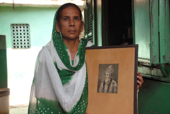 Sultana Begum with a picture of Mughal Emperor Bahadur Shah Zafar