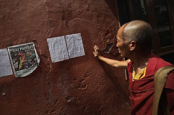 A Tibetan exile reads a note which is believed to be written by Jamphel Yeshi