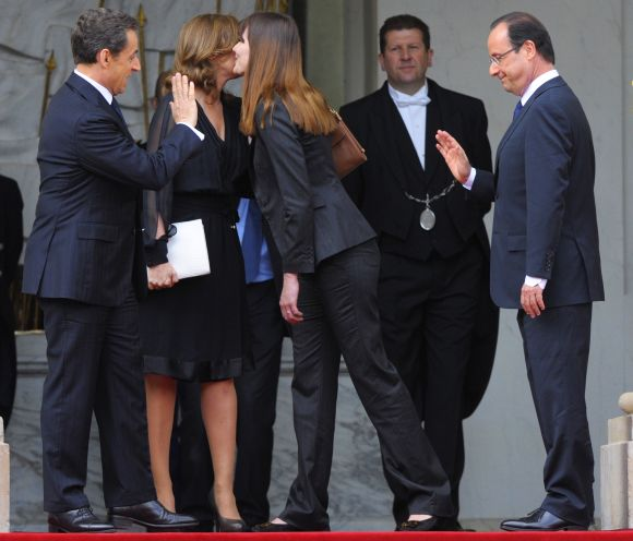 France's newly-elected president Hollande and outgoing president Sarkozy say goodbye on the steps of the Elysee Palace in Paris on Tuesday