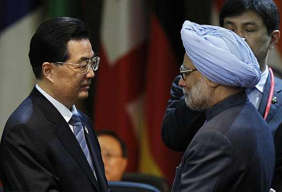 China's President Hu talks to PM Singh at a plenary session during the Nuclear Security Summit in Seoul
