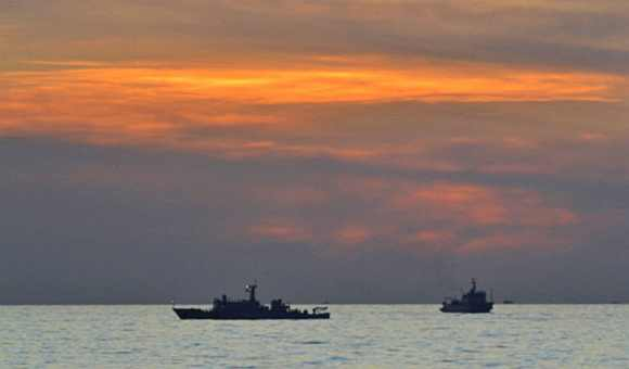 Two Chinese surveillance ships which sailed between Philippines warship and Chinese fishing boats to prevent arrest of any fishermen in the Scarborough Shoal