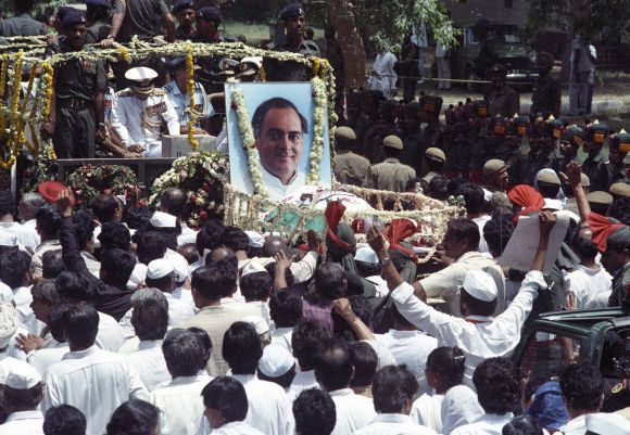 Supporters of Rajiv Gandhi follow his coffin during the funeral procession in New Delhi