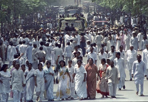 People walk in the funeral procession of Rajiv Gandhi in New Delhi