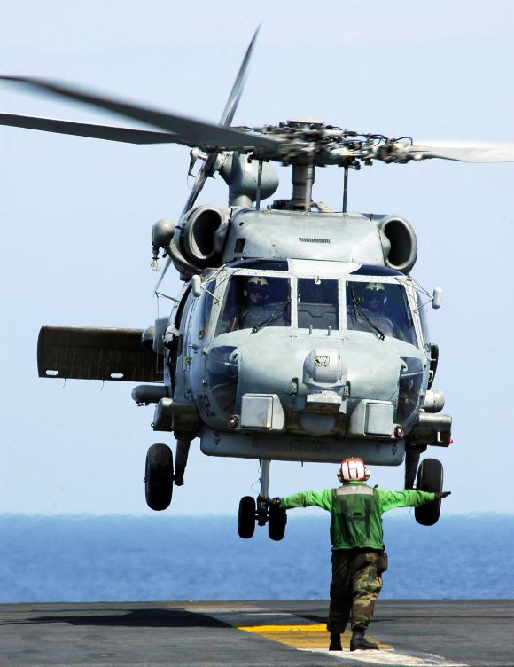 A SH-60B Seahawk helicopter landing on the flight deck aboard USS Abraham Lincoln