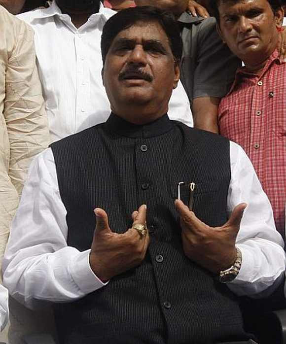 Senior BJP leader Gopinath Munde said that the amendment of not personality-centric