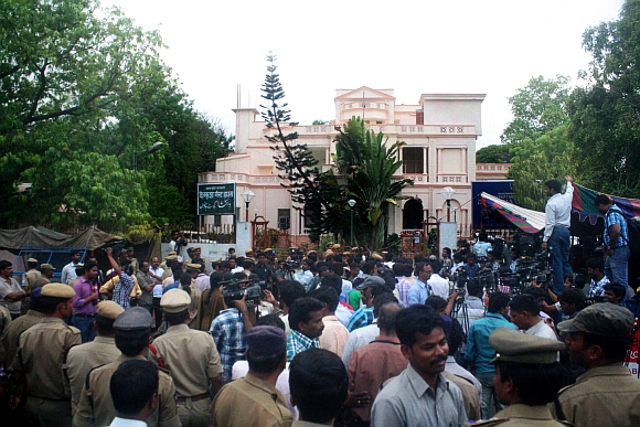 Jagan supporters outside the CBI office in Hyderabad