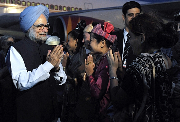 Prime Minister Dr Manmohan Singh being welcomed on his arrival at Nay Pyi Taw International Airport, Myanmar