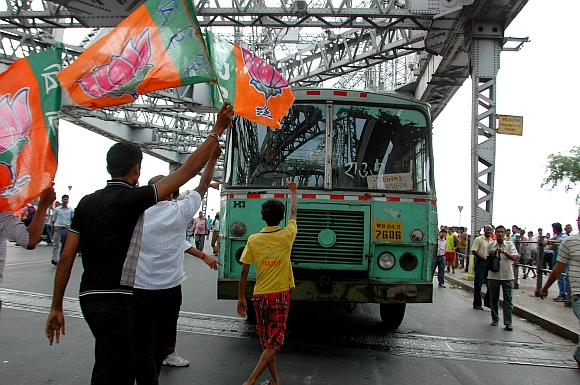 Bandh supporters block the Howrah Bridge in Kolkata
