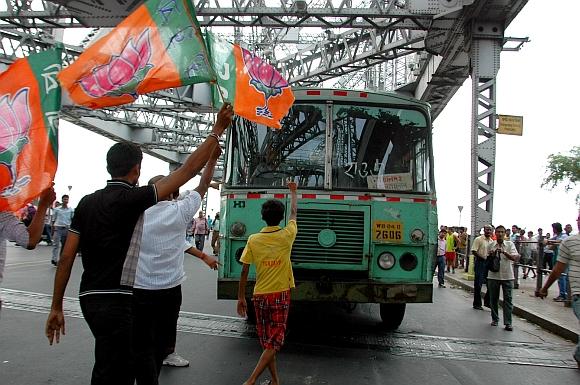 Bandh supporters block the Howrah Bridge in Kolkata
