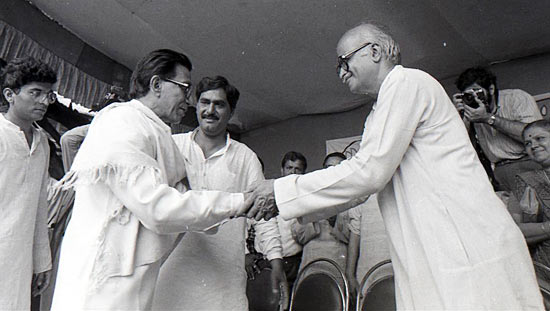 Thackeray wishing BJP's L K Advani in Mumbai during his rath yatra to Ayodhya