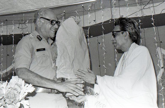 Thackeray with the towering Julio Rebeiro, former police commissioner of Mumbai at the inauguration of Nirmal Nagar police station in Mumbai in 1985