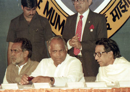 Thackeray with Sharad Pawar and former prime minister Chandrashekar