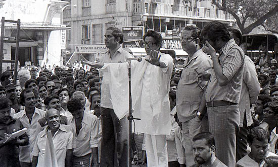 Thackeray addressing supporters at Kala Ghoda