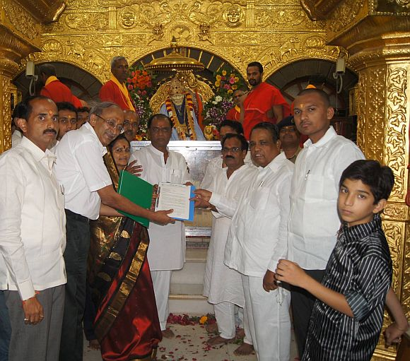 Ramani handing over the completed complexes to the Shirdi Sansthan