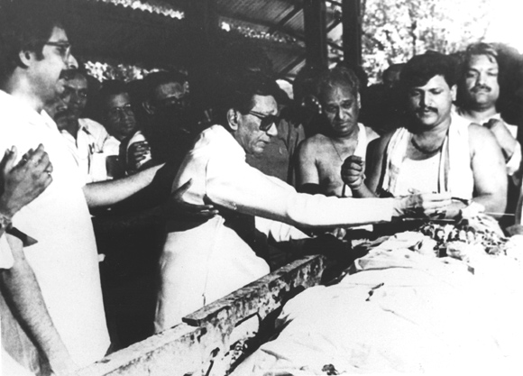 Bal Thackeray offering Ganga water to his son, Bindumadhav, who died in a car accident