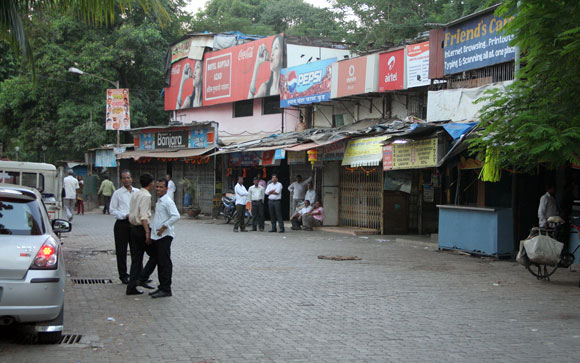 Mumbai shuts down after Thackeray's death