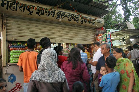 Mumbai shuts down after Thackeray's death