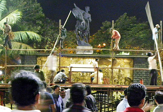 Shiv Sainiks erect a giant stage for Sunday's darshan of Bal Thackeray. The Sena patriarch's body will be placed on the inclined plane, with the statue of Chhatrapati Shivaji forming the backdrop