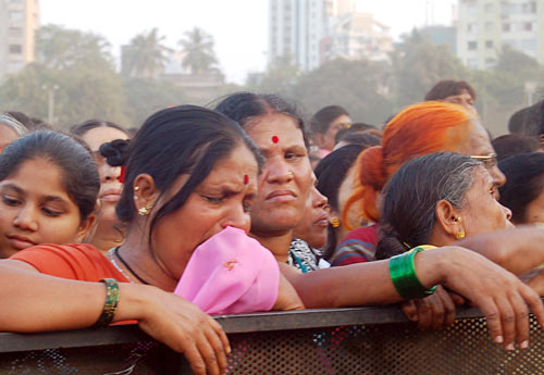 Raj, Sainiks break down as Thackeray laid to rest