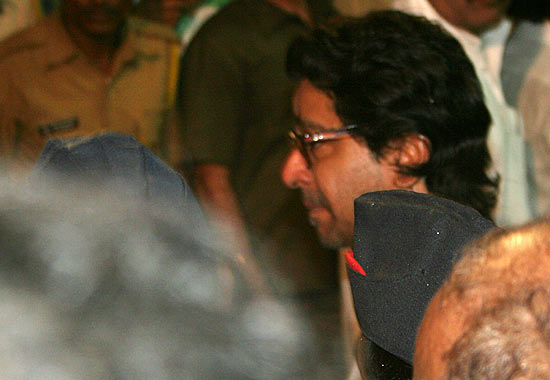 MNS chief and Bal Thackeray's newphew cries during the final rites of the Sena chief at Shivaji Park