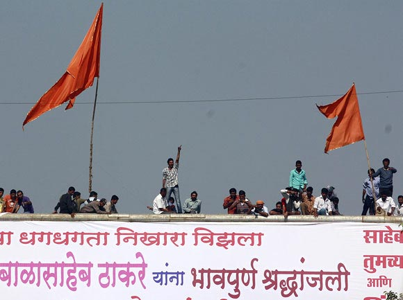 Bidding Thackeray farewell from rooftops, roadsides