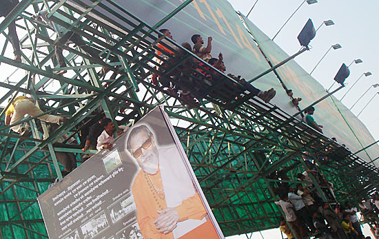 Mumbai stands up for Bal Thackeray, literally
