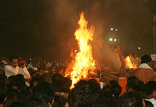 The mortal remains of Bal Thackeray being consigned to flames