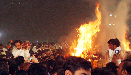 Uddhav goes around the funeral pyre with an urn on his shoulder
