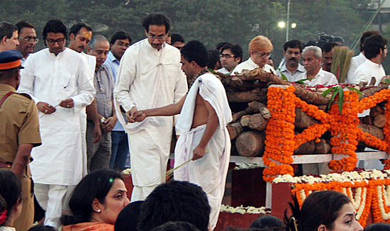 Uddhav with cousin Raj at the funeral pyre