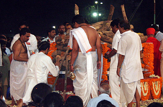 Uddhav performs last rites
