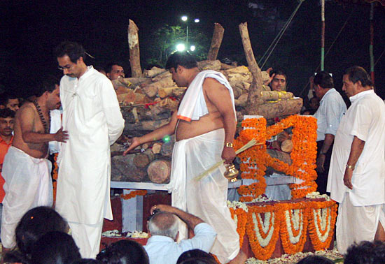 Uddhav performs the last rites