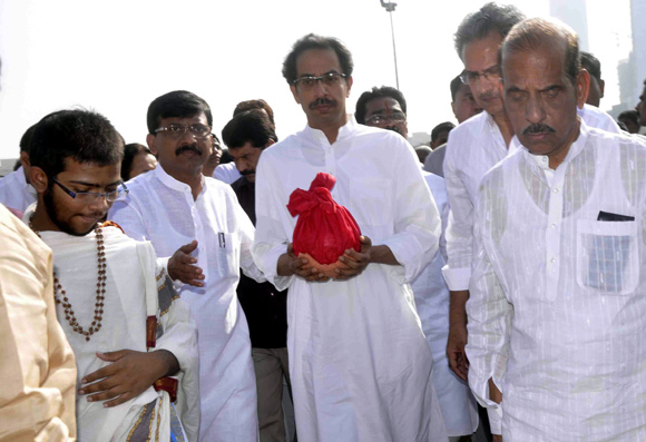 Uddhav collects Bal Thackeray's ashes ay Shivaji Park. He is accomapnied by Sena spokesperson Sanjay Raut and senior leadet Manohar Joshi